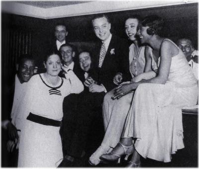 "Le prince de Galles en compagnie, notamment, de la chanteuse Ada ""Bricktop"" Smith dans son club parisien ""Chez Bricktop""."