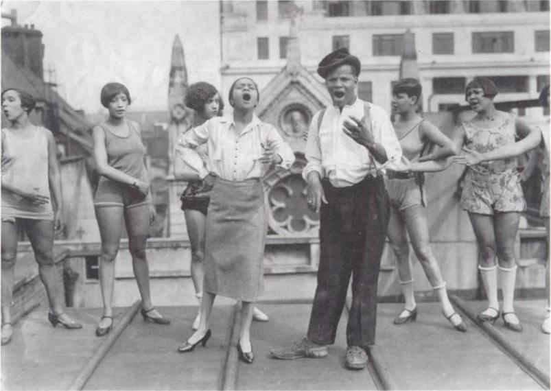 Florence Mills, Johnny Hudgins et les Chorus Girls des « Blackbirds » répétant  en 1926 sur le toit du London Pavillon