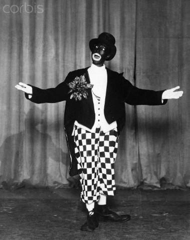 "Josephine Baker se produisant en costume ""blackface"" dans une imitation du ""minstrel performer"" Johnny Hudgins."