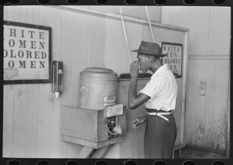 Un africain-américain buvant à une fontaine réservée  aux noirs dans une gare routière d'Oklahoma City en 1939